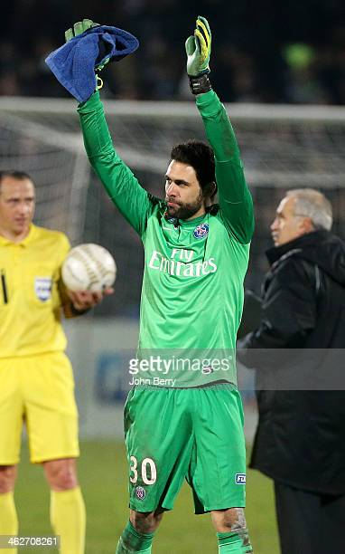 Salvatore Sirigu of PSG thanks the supporters at the end of the french League Cup match between FC Girondins de Bordeaux and Paris SaintGermain FC at...