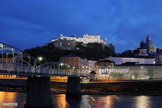 Salzburg bei Nacht mit Castle Hohensalzburg und Brücke