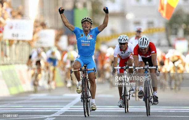 Italian Paolo Bettini followed by Spain's Alejandro Valverde and Germany's Erik zabel crosses the finiSh line during the Men's race at the 2006 UCI...