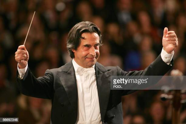 Italian Riccardo Muti conducts the Vienna Philharmonic Orchestra during a rehearsal for the concert at Mozarts 250th birthday 28 January 2006 in...