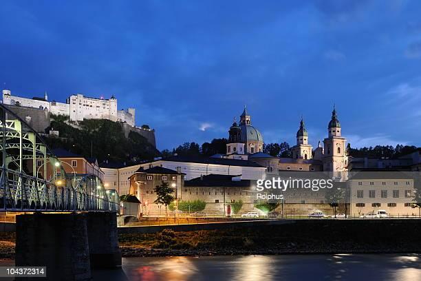 Salzburg-Blick auf Castle Hohensalzburg und die Stadt bei Nacht