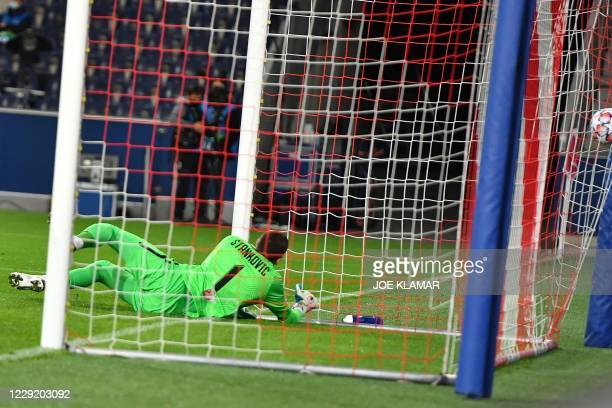 Salzburg's Austrian goalkeeper Cican Stankovic fails to keep the header by Lokomotiv Moscow's Portuguese forward Eder out of his net during the UEFA...