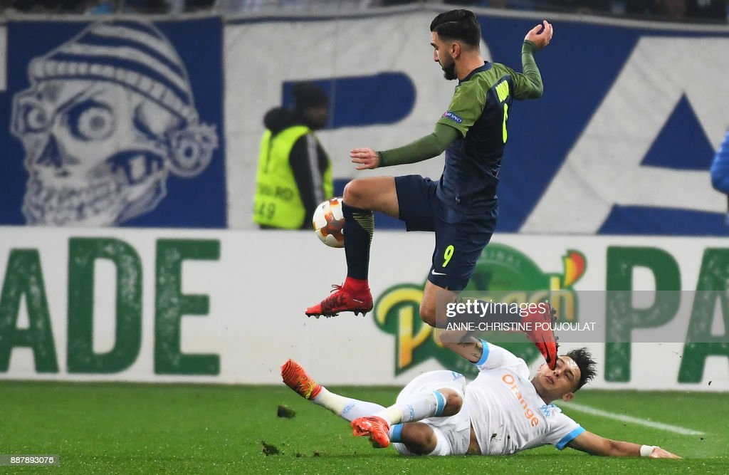 Salzburg's Israeli forward Munas Dabbur (L) vies with Marseille's Argentinian forward Lucas Ocampos (R) during the UEFA Europa League Group I football match between Marseille and Salzburg on December 7, 2017, at the Velodrome Stadium in Marseille, southeatern France. /
