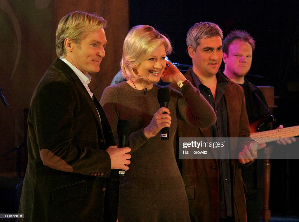 Taylor Hicks performs live on Good Morning America - December 5, 2006