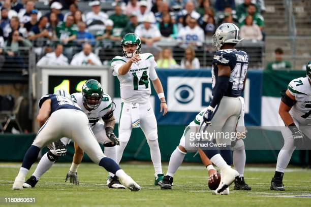 Sam Darnold of the New York Jets makes a call against the Dallas Cowboys during the first quarter at MetLife Stadium on October 13, 2019 in East...