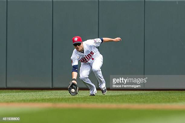 Sam Fuld of the Minnesota Twins fields and makes a catch against the New York Yankees on July 4 2014 at Target Field in Minneapolis Minnesota The...