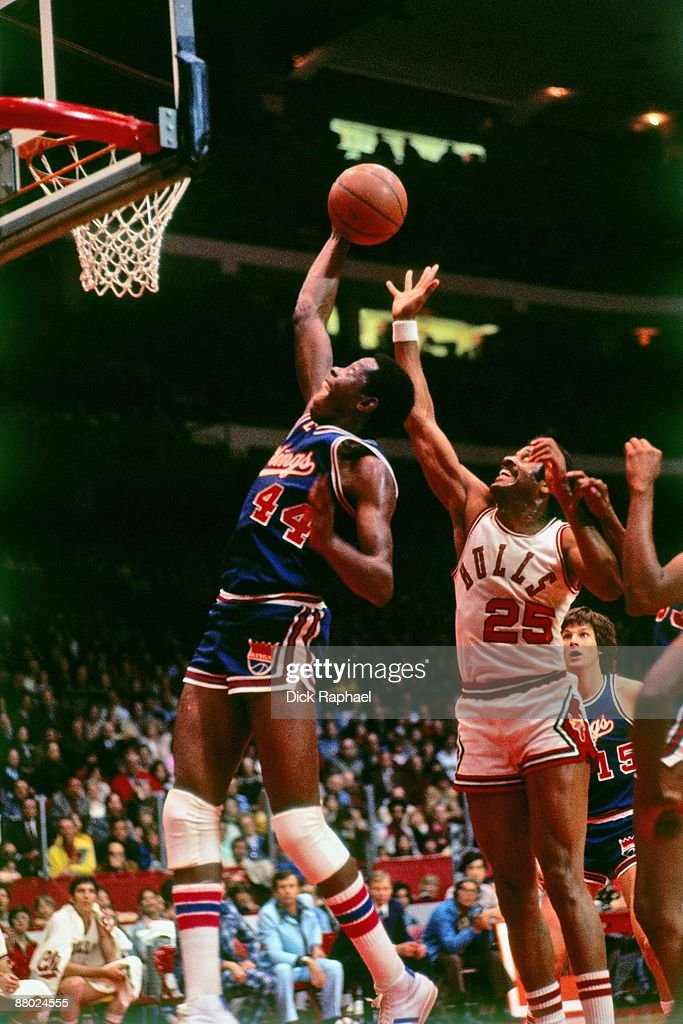 Sam Lacey #44 of the Kansas City Kings goes up for a shot against Chet Walker #25 of the Chicago Bulls during a game played in 1975 at Chicago Stadium in Chicago, Illinois.