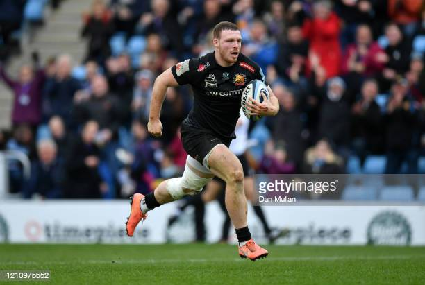 Sam Simmonds of Exeter Chiefs breaks clear to score his side's fifth try during the Gallagher Premiership Rugby match between Exeter Chiefs and Bath...