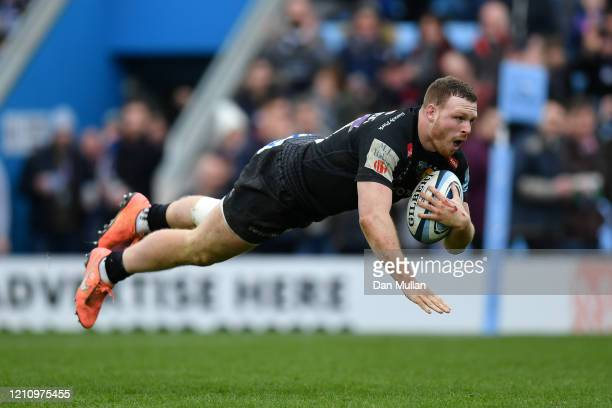 Sam Simmonds of Exeter Chiefs dives over to score his side's fifth try during the Gallagher Premiership Rugby match between Exeter Chiefs and Bath...