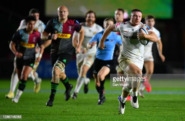 Sam Simmonds of Exeter makes a break on his way to scoring their first try during the Gallagher Premiership Rugby match between Harlequins and Exeter...