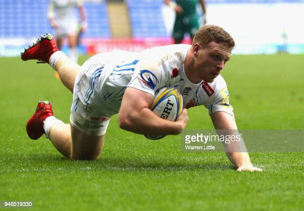Sam Simmons of Exeter Chiefs scores the teams second ty during the Aviva Premiership match between London Irish and Exeter Chiefs at Madejski Stadium...