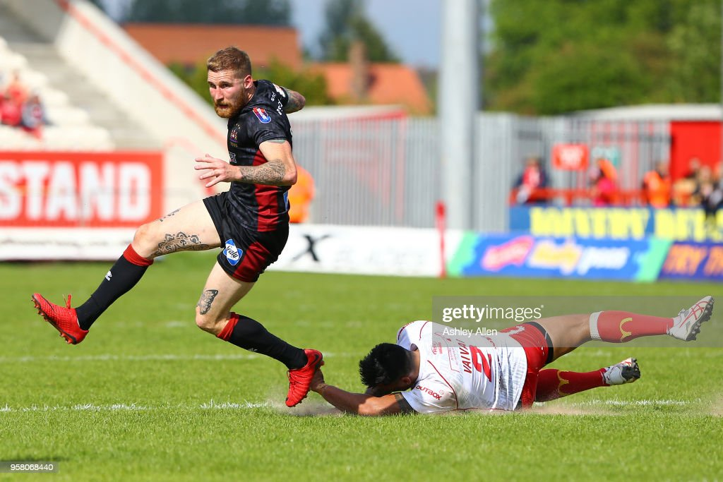 Sam Tomkins of Wigan Warriors gets away from Junior Vaivai of Hull KR during round six of the Ladbrokes Challenge Cup at KCOM Craven Park on May 13, 2018 in Hull, England.