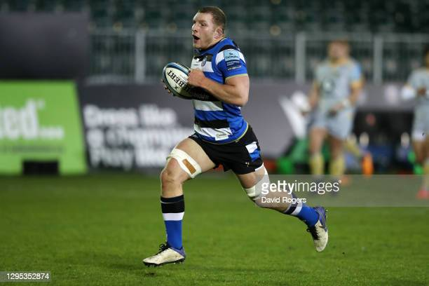 Sam Underhill of Bath makes a break to score his side's second try during the Gallagher Premiership Rugby match between Bath and Wasps at The...