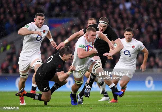 Sam Underhill of England breaks past Beauden Barrett of New Zealand during the Quilter International match between England and New Zealand at...