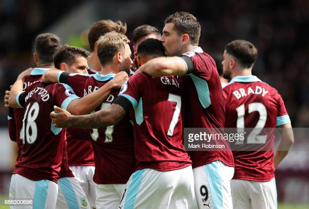 Sam Vokes of Burnley celebrates scoring his sides first goal with his Burnley team mates during the Premier League match between Burnley and West Ham...