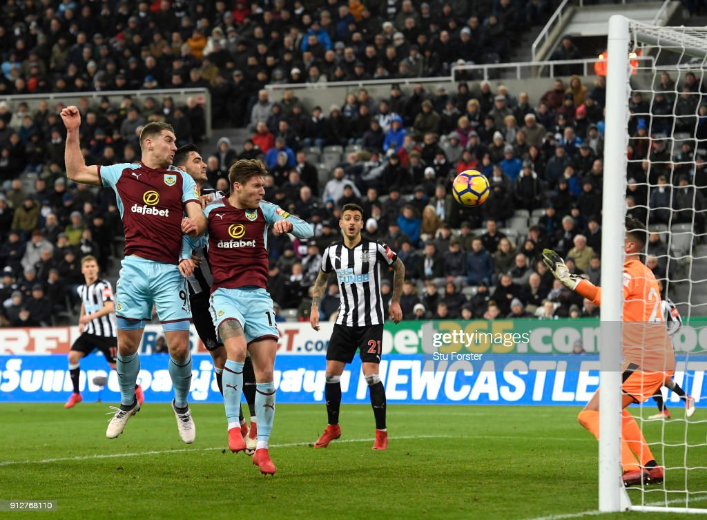 Sam Vokes of Burnley scores his sides first goal during the Premier League match between Newcastle United and Burnley at St. James Park on January 31, 2018 in Newcastle upon Tyne, England.