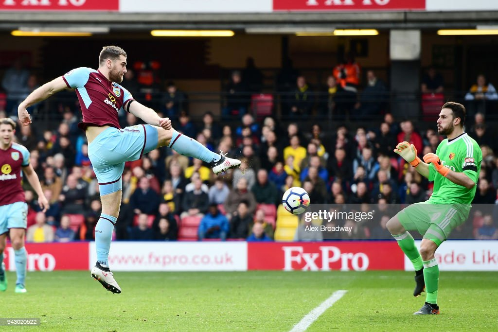 Sam Vokes of Burnley scores his sides first goal during the Premier League match between Watford and Burnley at Vicarage Road on April 7, 2018 in Watford, England.
