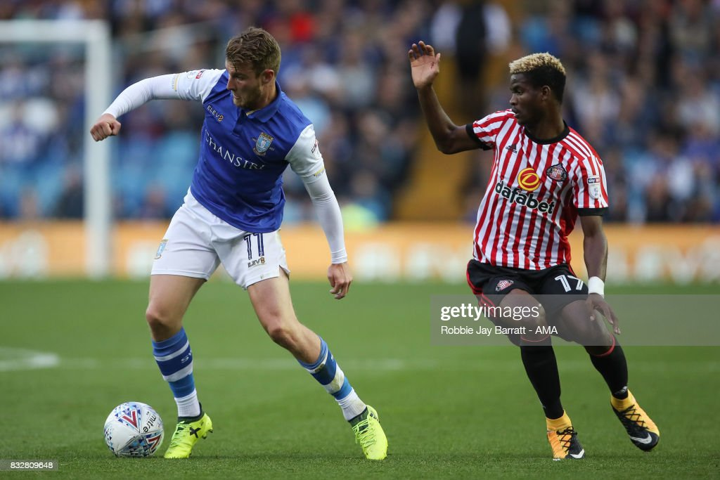 Sam Winnall of Sheffield Wednesday and Didier Ndong of Sunderland during the Sky Bet Championship match between Sheffield Wednesday and Sunderland at Hillsborough on August 16, 2017 in Sheffield, England.