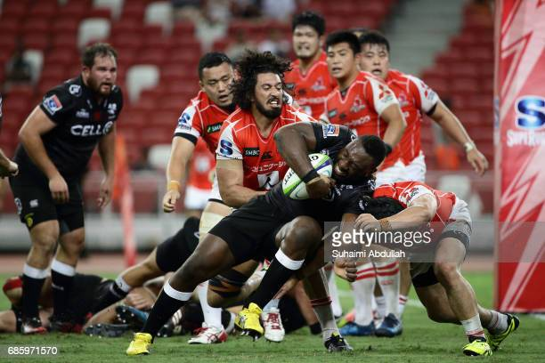 Sam Wykes of Sunwolves attempts to tackle Tendai Mtawarira of Sharks during the round 13 Super Rugby match between the Sunwolves and the Sharks at...