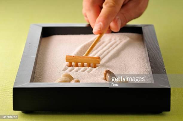 samall wooden zen garden - karesansui photos et images de collection