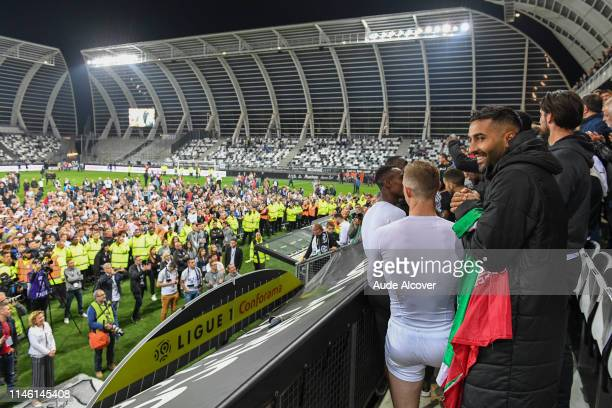 Saman Ghoddos of Amiens celebrates victory with team mates and fans during the Ligue 1 match between Amiens Sporting Club and EA Guingamp on May 24...