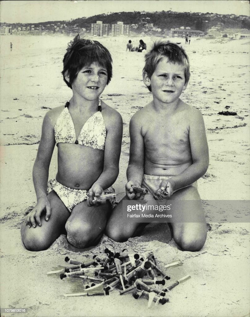 Samantha 7 yrs Lee 6 yrs Hederson of Narrabeen with 69 Hypodermic needles which they found on the beach near high water mark about 9.30 am today all with in a 60 ft. The children live only yards from the spot in ***** St. Narrabeen.Samantha and  with **** : Foto jornalística