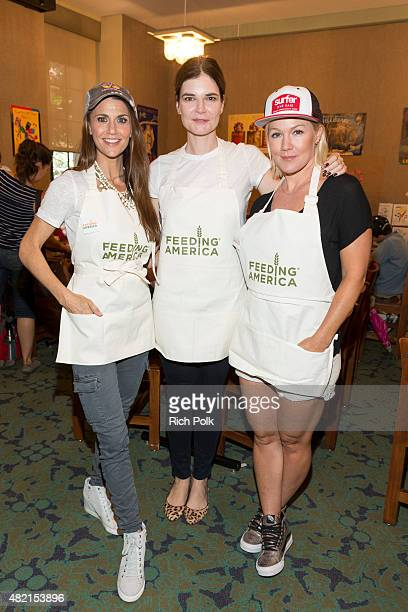 Samantha Harris Betsy Brandt and Jennie Garth serve lunch to kids at the Feeding America Say No To Summer Hunger Event In Partnership With The LA...