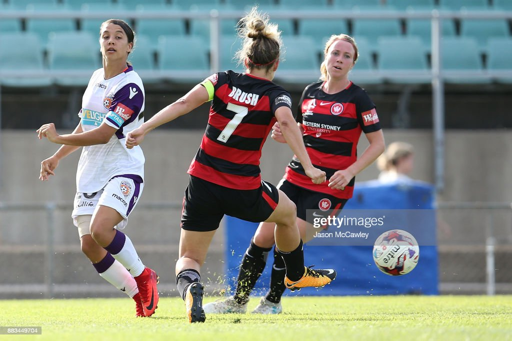 Samantha Kerr of the Glory passes the ball during the round six W-League match between the Western Sydney Wanderers and the Perth Glory at Marconi Stadium on December 1, 2017 in Sydney, Australia.