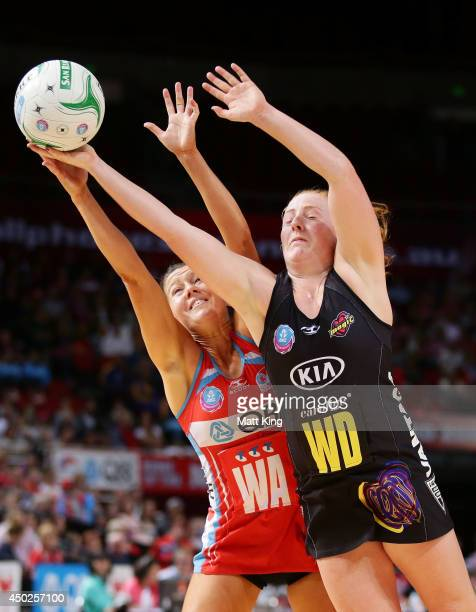 Samantha Sinclair of the Magic competes with Sarah Wall of the Swifts during the ANZ Championship Minor Semi Final match between the Sydney Swifts...