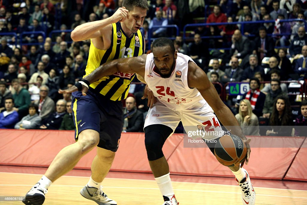 EA7 Emporio Armani Milan v Fenerbahce Ulker Istanbul - Turkish Airlines Euroleague Top 16 : News Photo