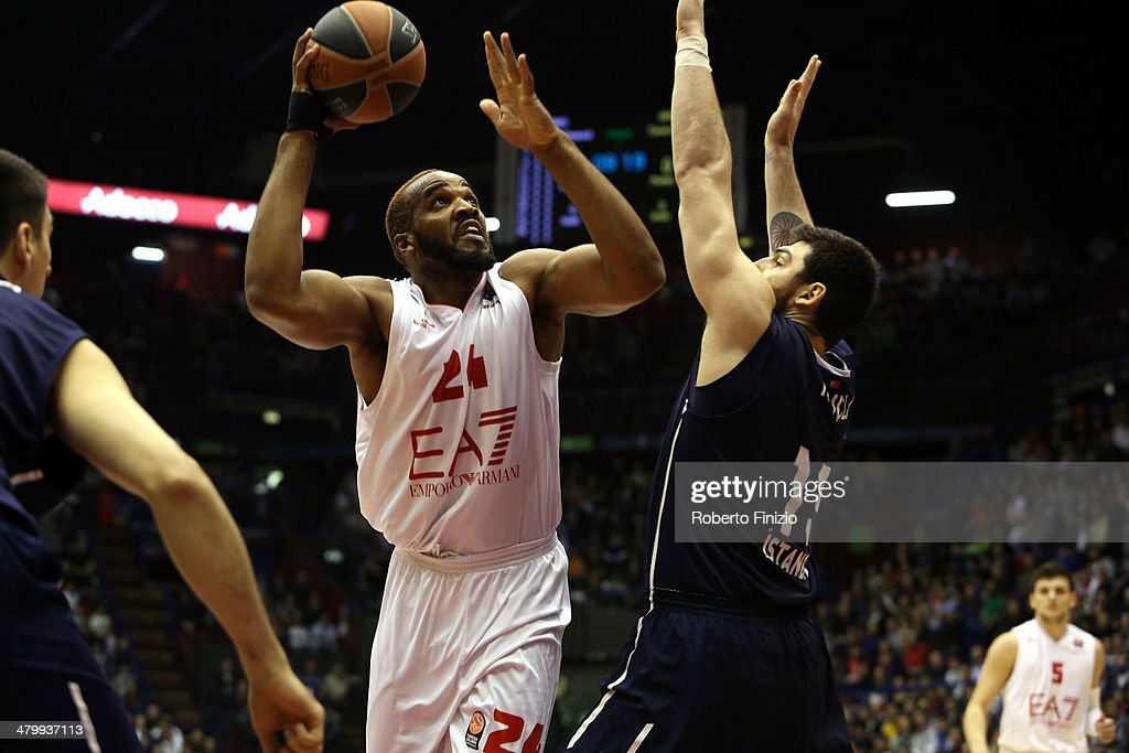 EA7 Emporio Armani Milan v Anadolu EFES Istanbul - Turkish Airlines Euroleague Top 16 : News Photo