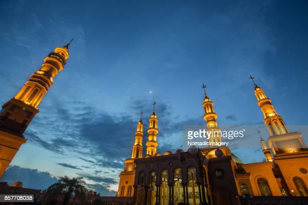 samarinda islamic center illuminated night photography - samarinda islamic center mosque stock pictures, royalty-free photos & images