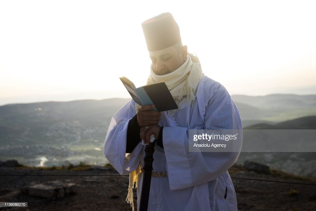 Samaritan Worshipers Wearing Traditional White Robes And Red Tarboosh News Photo Getty Images