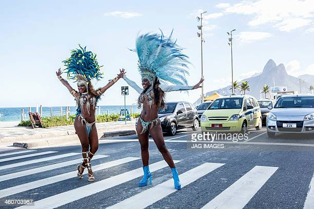 samba dancers stopping traffic, ipanema beach, rio de janeiro, brazil - carnaval rio photos et images de collection