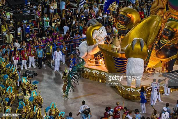 samba parade float in sambadromo, rio de janeiro, brasilien - karneval von rio de janeiro stock-fotos und bilder