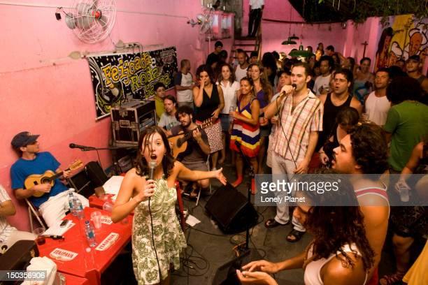 samba party in casa rosa. - casa stockfoto's en -beelden