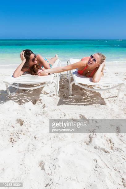 Couple de même sexe sur la plage aux Bahamas