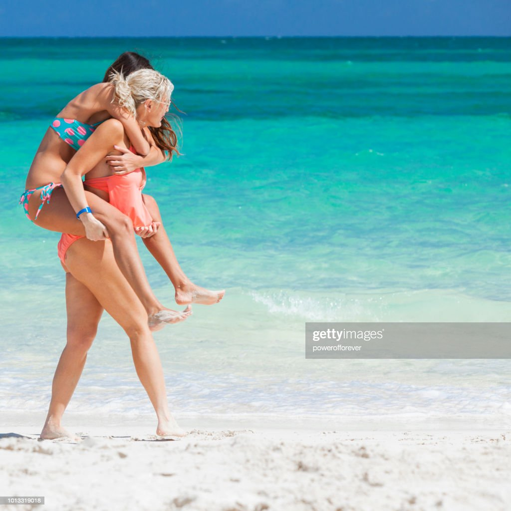 Couple de même sexe sur la plage aux Bahamas : Photo