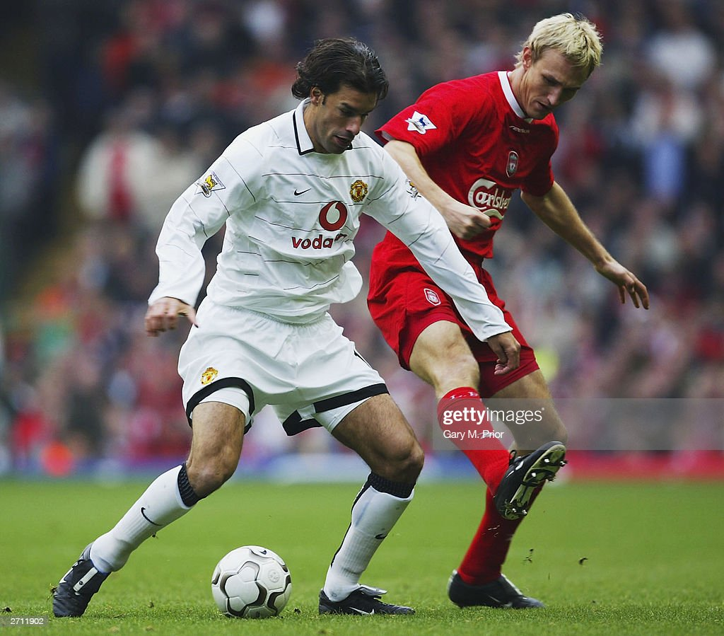 Sami Hyypia and Ruud Van Nistelrooy : News Photo