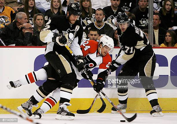 Sami Kapanen of the Philadelphia Flyers reaches for the puck etween Ryan Malone and Evgeni Malkin of the Pittsburgh Penguins during the first period...