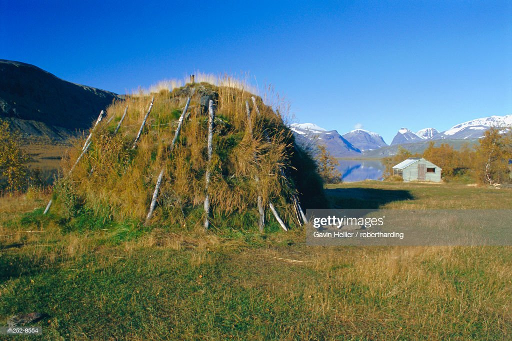 Sami kata (tent) and Mt. Kebnekaise, Laponia World Heritage Site, Lappland, Sweden, Scandinavia : Stockfoto