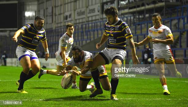 Samisoni Langi of Calalans scores his teams second try during Betfred Super League PlayOff match between Catalans Dragons and Leeds Rhinos at The...