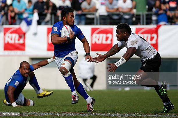 Samoa's Siaosi Asofolau runs with the ball during the HSBC Paris Sevens Series final rugby match between Samoa and Fiji at the Stade Jean Bouin in...
