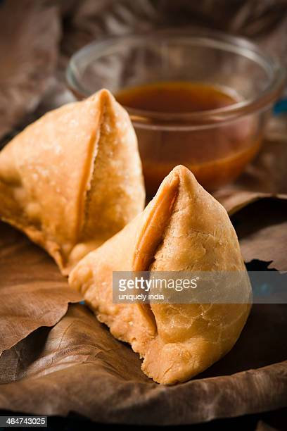 Samose served with chutney on leaves plates