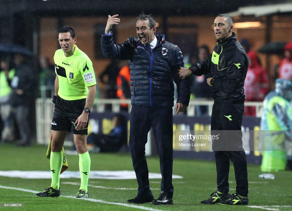 UC Sampdoria coach Marco Giampaolo shouts to his players during the serie A match between Atalanta BC and UC Sampdoria at Stadio Atleti Azzurri d'Italia on April 3, 2018 in Bergamo, Italy.