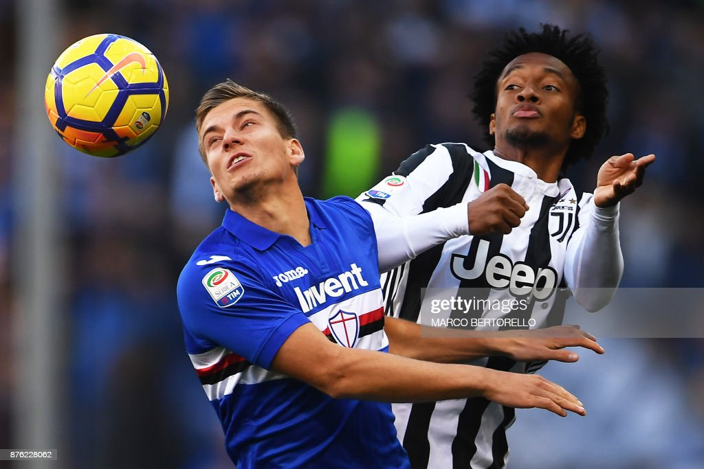TOPSHOT - Sampdoria's midfielder Ivan Strinic from Croatia (L) fights for the ball with Juventus' midfielder Juan Cuadrado from Colombia during the Italian Serie A football match Sampdoria Vs Juventus on November 19, 2017 at the 'Luigi Ferraris' Stadium in Genoa. /