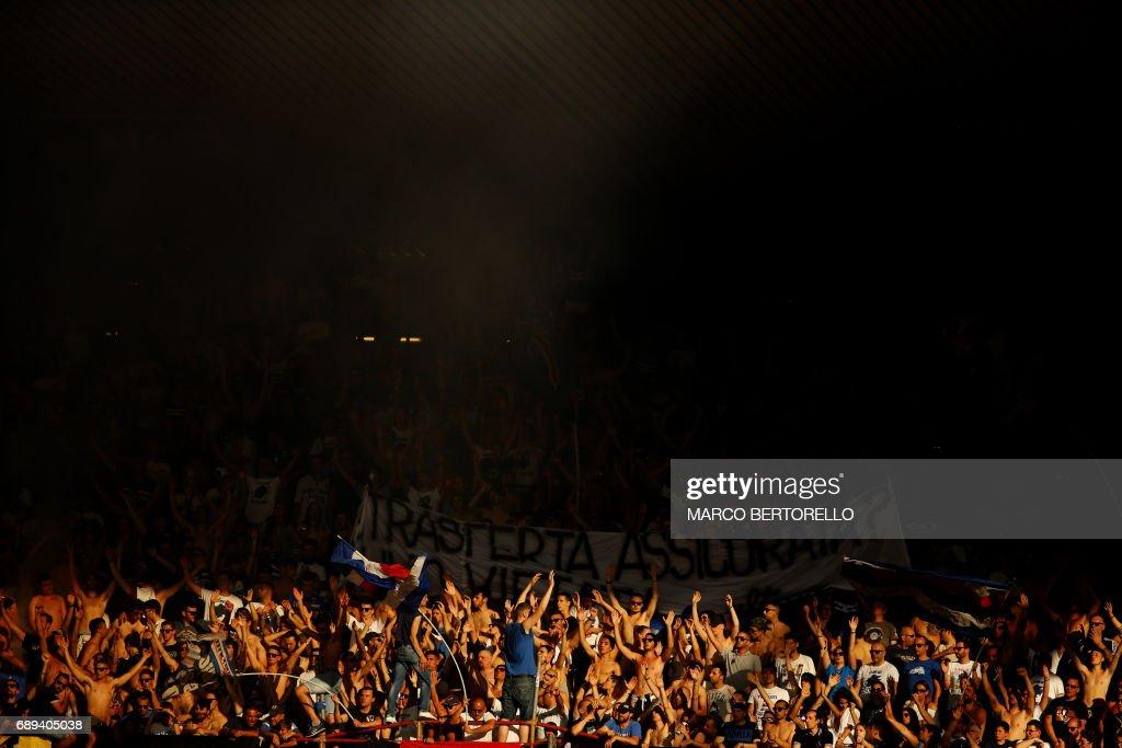 Sampdoria's supporters cheer during the Italian Serie A football match Sampdoria Vs Napoli on May 28, 2017 at the 'Luigi Ferraris' in Genoa. / AFP PHOTO / Marco BERTORELLO