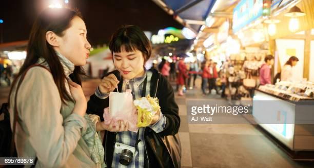 probieren die leckeren lokalen köstlichkeiten von taiwan - one night stand stock-fotos und bilder