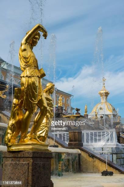 samson fountain before the peterhof palace, st. petersburg, russia - groot paleis peterhof stockfoto's en -beelden