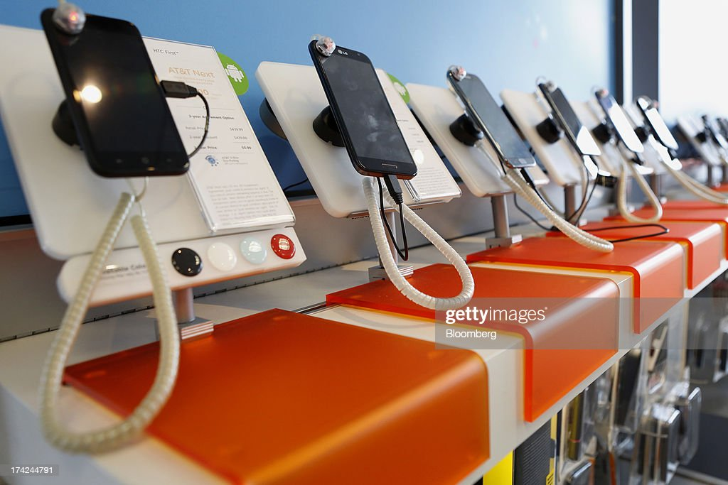 Samsung Electronics Co. phones for displayed sale at an AT&T Inc. store in Manhattan Beach, California, U.S., on Monday, July 22, 2013. AT&T Inc. is scheduled to release earnings figures on July 23. Photographer: Patrick T. Fallon/Bloomberg via Getty Images